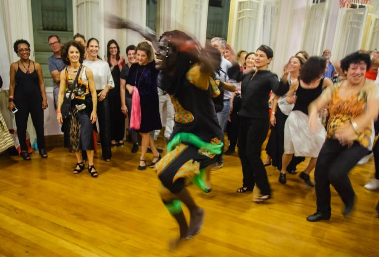 Senegalês ensina dança típica de seu país no festival Na Dança! do ano passado